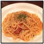 KURA - 赤いカルボナーラ。 トマト風味。 これは美味い。そして安い!