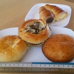 ベリーハウス - 手前左から、カボチャパン、きんぴらごぼうパン、カレーパン、奥はダブルコロネです。