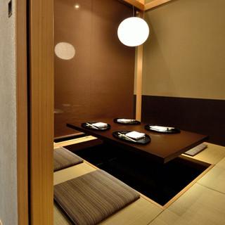 店内は落ち着いた和モダン空間・10名様個室もございます。