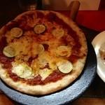 伊食酒房 穴 - オリジナルミートソースとズッキーニのピザ