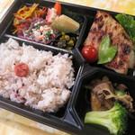 淡路島カレー太子堂 - 手作り日替り弁当・・・安心・安全で、すべてが手作り!40品目7種類のおかずが入った日替り弁当です。16穀米を使用、食物繊維やビタミン等が豊富で低カロリー!不足しがちな栄養分を補えます。