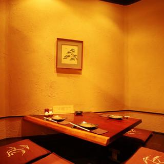 限定一室の個室と、気軽なテーブル席、カウンター席