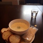 ファクトリー - ランチ:スープ(クラムチャウダー、ボウル600円)、パン 100円