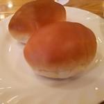 カフェ&レストラン マーブル - パンは微妙に温められて提供