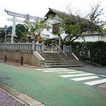 シェ モリ - お店の横は神社です。
