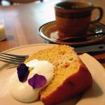 musubiのカフェ - デザートセット『人参のシフォンケーキとコーヒー』400円