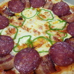 風の家 - サラミ・ベーコン・玉ネギのピザ