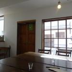 島のモノ 喫茶 田中戸 - 重厚な木造りのテーブル
