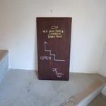 島イタリアン いゆ - 階段途中の看板