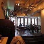 J.S. BURGERS CAFE - テーブル席とその奥にテラス席