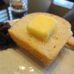 茶寿 - 自家製の天然酵母パンのトーストに、無理言って小倉餡をつけてもらいました!自然な甘みの丁寧なパンです。