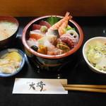 寿司の大将 - 『ちらし』だけでも満足なのに、サラダ・香の物・味噌汁、更には珈琲が付く!