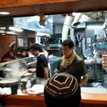 ラーメン二郎 - 店内は調理場を囲む形の、L字カウンターのみだ