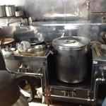 支那そば けん - 中央に寸胴があり、左に中華レンジ(炒め物系)、右が麺茹で専用(中華鍋で茹でます。)