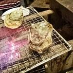 かき小屋本舗 - 牡蠣を焼いてます(このあと蓋をしめる)