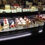 23998672 - ショーウケースの中のケーキ、値段も目を見張る(-_^)♪