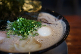 博多一双 博多駅東本店 - 特製ラーメンのアップ 泡が凄い!