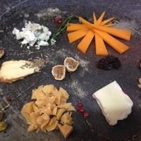 ガーラキッチン - 今週のチーズ5種盛り【ミモレット、ブルードメメ、エポワス、ゴーダ、アフィノア】