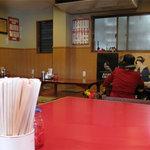 四方平 - 老舗の風格というより、地域密着型飲食店のひなびた印象。寿司屋らしからぬ食堂のようなテーブル席と小上がりがメインです。