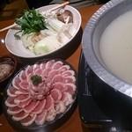 ブン(豊) - 地鶏のスープ鍋(冬季限定) 特製スープに新鮮な具材が最高に合います。