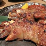 豚のまんま - 唐揚げもありましたが、シンプルな焼き豚足を選びました。       大きな縦割り豚足の素焼きの2本セットです。