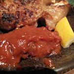 豚のまんま - 豚足は焼鳥屋にあるような塩焼きではなく、味は付けられてません。       その代わり、塩と自家製の豚味噌がたっぷり添えられてます。