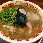 無鉄砲  大阪店 - 一番あっさりの正油。…全然あっさりタイプには見えません(笑)。                                                          とろみのある醤油味のスープに細かい背脂が一杯入ってるし~。