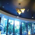 スターバックス・コーヒー - 窓が大きい(電球切れてます)
