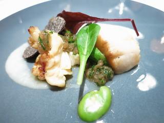 エクアトゥール - オードブル オマール海老と活ホタテのポアレ フォンダンエシャロットとハーブのヴィネグレット   有機野菜とトリュフのサラダ添え