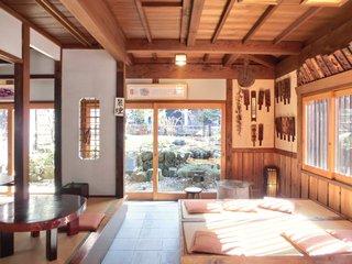 有喜堂 本店 - 店内のテーブル席の風景です