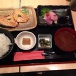 和食と和酒 磯じまん - お刺身と焼き魚定食1000円