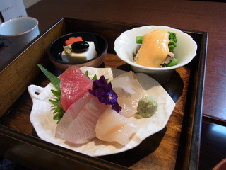 五感で楽しむ 日本料理花ゆず - 上の段の刺身と菜の花など