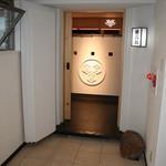 蔵六鮨 三七味 - 玄関先:扉を開けて店内を覗いた状態です。