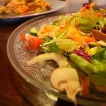 フーデリカ - 自家製サラダは アボガドにキノコに自家製ハムなので、 自分で薫製されてます(u_u)vデス