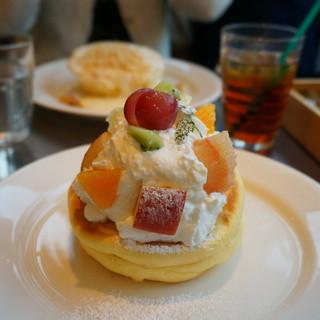 レインボーパンケーキ - 料理写真:季節のフルーツ