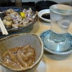 福寿司 - 奥が河豚の塩焼き 手前がいかの塩辛 酒は伯なんとかや