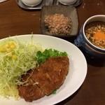 インディ桂木 - チーズチキンカリー(とろーりチーズが入ったチキンカツ)800円 キャベツおんざライス80円