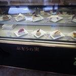 ぶどうの実 - 2009/10 2F(喫煙席)にあるケーキのディスプレイ