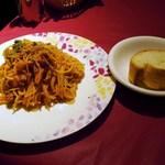 24050903 - 牛肉とゴボウのピリ辛トマトソースとバゲット