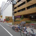 和レー屋 南船場ゴヤクラ - 視点:通り沿い西向き[店は1F左側]('12/12~)