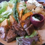 和風ステーキ 梅はら - フィレ肉(50g)海老フライ サラダ 漬物 てんこもりの大皿です^^