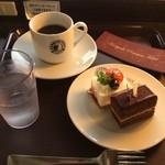 ハーバーポイント - 初めて来てみたカフェ。ケーキ2個とコーヒーで500円。ここは景色がよろしい。目の前は泊港。