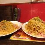 大国ホルモン - 東京カルボナーラ レギュラー(左)と大盛り(右)