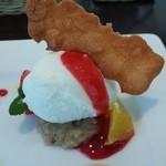 ビストロ ル セルドール - ヨーグルトのアイスクリームとシナモン風味のピューレ、苺のソース。上はアーモンドのサブレ