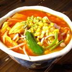 麺や和 - 冬期限定「チリトマトラーメン 950円」自家製のトマトソースをベースにピリ辛がクセになる野菜たっぷりのラーメン。