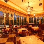 レオーネ・マルチアーノ - ディナー時は雰囲気もガラッと変わります。