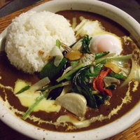 MOMO curry - 季節の素揚げ野菜の欧風カレーにチーズと半熟トッピング!