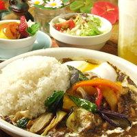 MOMO curry - カレーにセットでマンゴーラッシーと南瓜プリンとサラダ