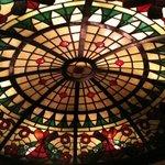 2407922 - 店の奥のラウンドテーブルの天蓋は半球状のステンドグラス