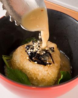 博多もつ処 浜や - 締めのカリカリおむすび もつ鍋のスープをかけて食べる浜や名物